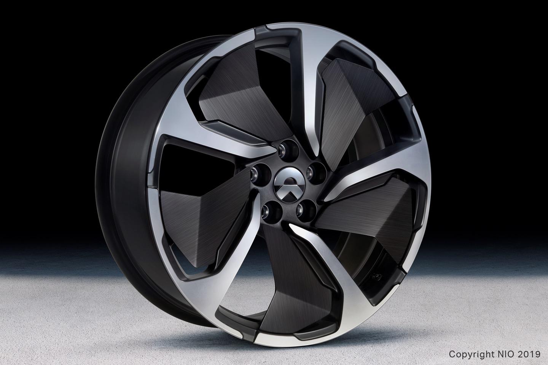 Колеса оснащены алюминиевыми дисками с дополнительными вставками из углеродного волокна,